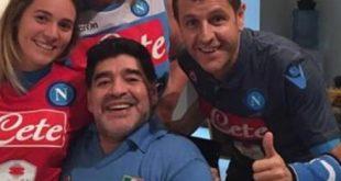 Hamsik Onora Maradona - Regala la Maglia Azzurra all'Ex Campione.